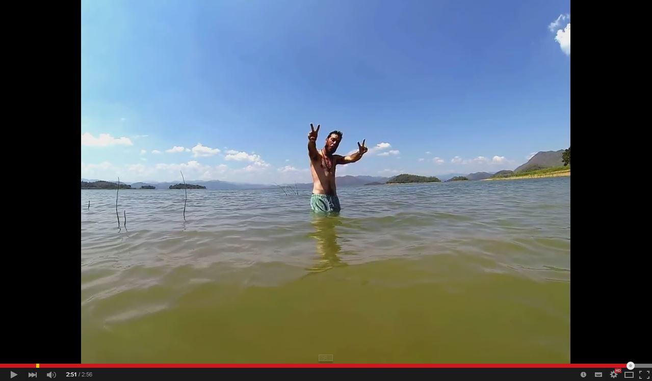 Mattia a mollo nel lago